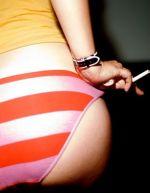 S cigaretou v posteli